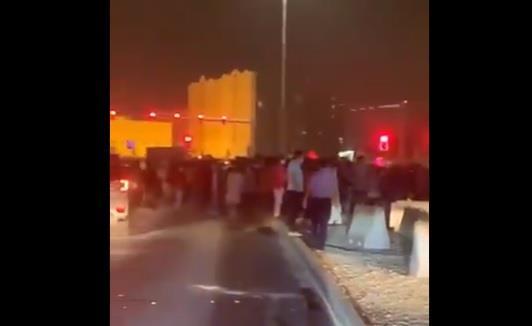 عمال يتظاهرون احتجاجاً على تأخر رواتبهم في قطر ويقطعون طريقاً رئيسياً