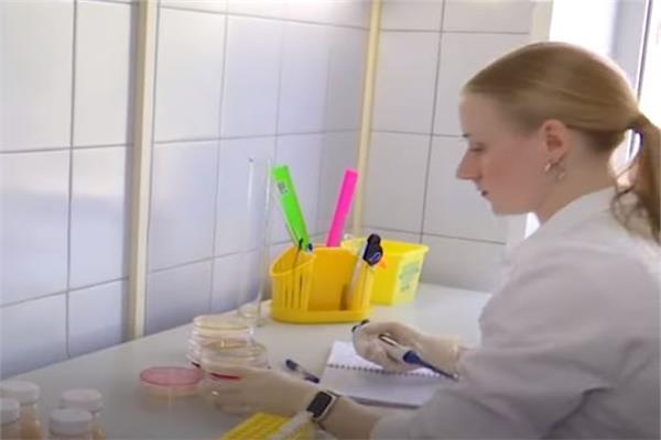 """استحداث لقاح بنكهة الفراولة ضد """"كورونا"""" في روسيا (فيديو)"""