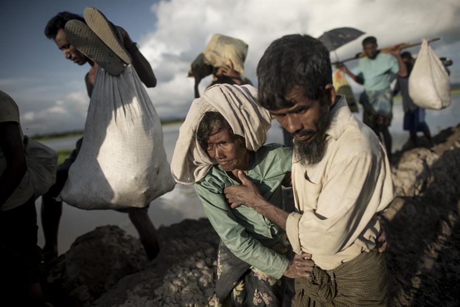 لاجئون روهينغا يعبرون نهرا