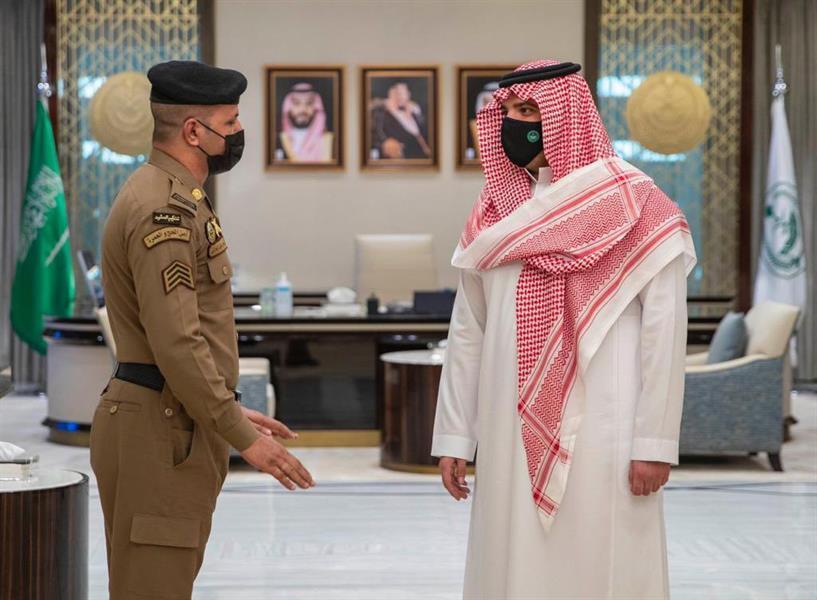 وزير الداخلية يستقبل رجل الأمن الذي منع شخصاً من الصعود لمنبر الحرم المكي يوم الجمعة الماضي