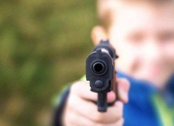 طفل أمريكي يقتل نفسه بالخطأ أثناء الاحتفال بعيد ميلاده