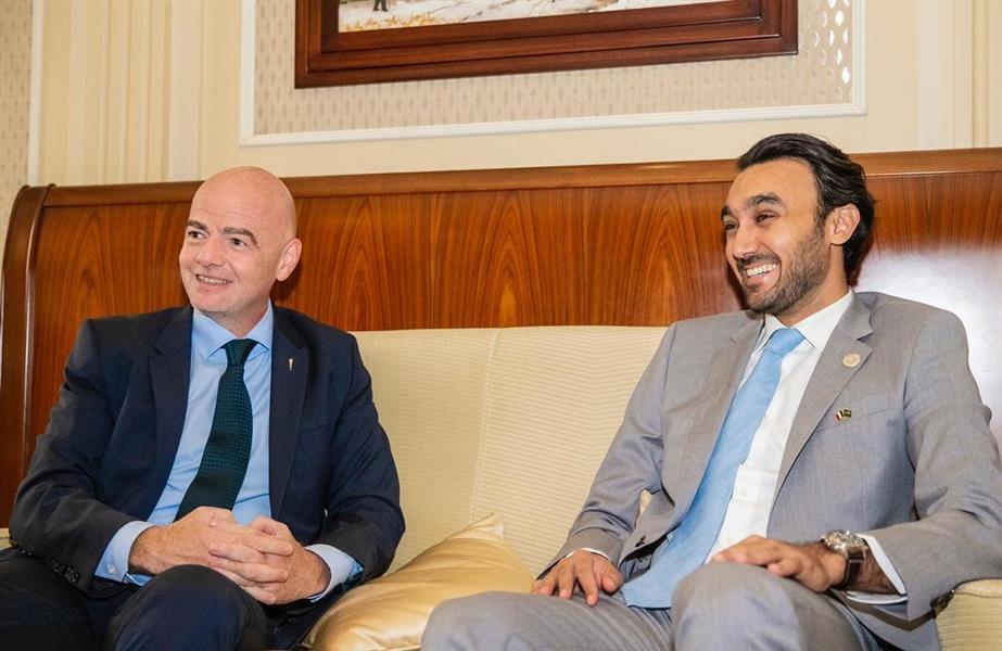 رئيس هيئة الرياضة يلتقي برئيس الفيفا في ميلانو