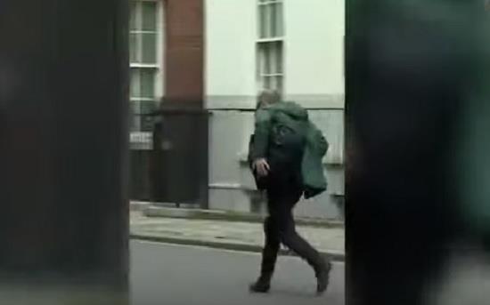 مستشاره يهرب في الشارع ووزير الصحة يعلن إصابته