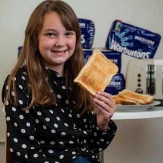 علاج نفسي ينقذ طفلة بريطانية عاشت 10 سنوات على الخبز فقط