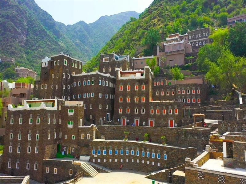 قرية رجال ألمع التاريخية تحفة معمارية في جبال عسير الشاهقة