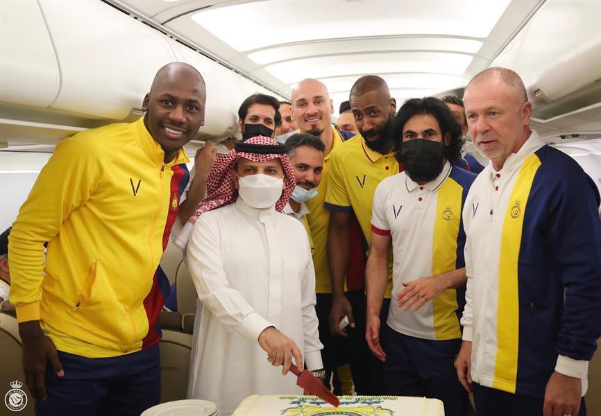 شاهد.. إدارة النصر تحتفل بعيد الفطر مع لاعبيها في الطائرة المتجهة للباحة