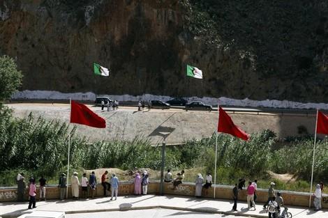 """مشجع يخترق الحدود الجزائرية - المغربية المغلقة للاحتفال بفوز """"محاربو الصحراء"""""""