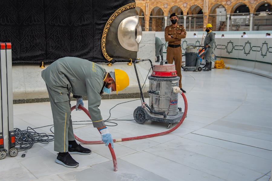 استبدال 150 متر مربع من رخام صحن الطواف بالمسجد الحرام (صور)