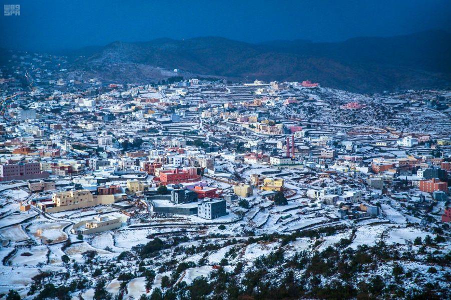 لقطات جوية مدهشة تظهر بلدة بيحان ببلحمر وقد تحولت للبياض بعد زخات البرد