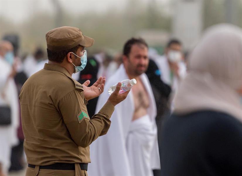 صورتان مؤثرتان لرجلي أمن يبتهلان بالدعاء إلى الله في مشعر عرفات