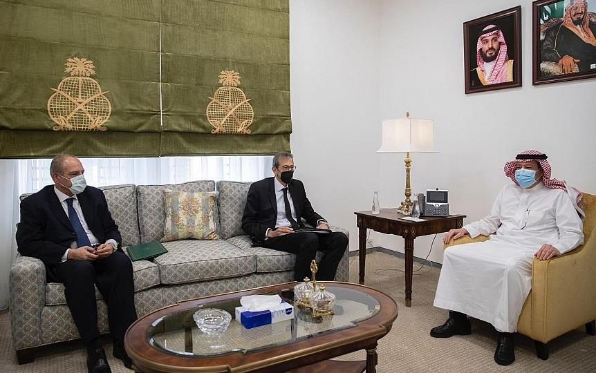 وزير الخارجية يتلقى رسالة خطية من وزير الخارجية المصري