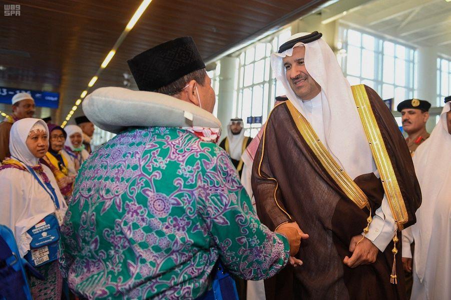 أمير المدينة يتفقد مطار الملك عبدالعزيز.. ويؤكد للموظفين والموظفات: عملكم فيه أجر كبير (فيديو)