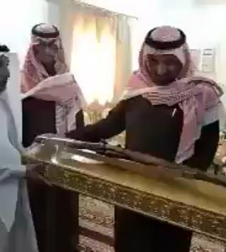 """بالفيديو.. رئيس مركز """"أم غارب"""" يهدي أمير نجران سلاحاً أثرياً"""