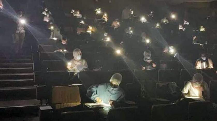 طلاب ليبيون يؤدون الامتحانات على ضوء الهواتف المحمولة