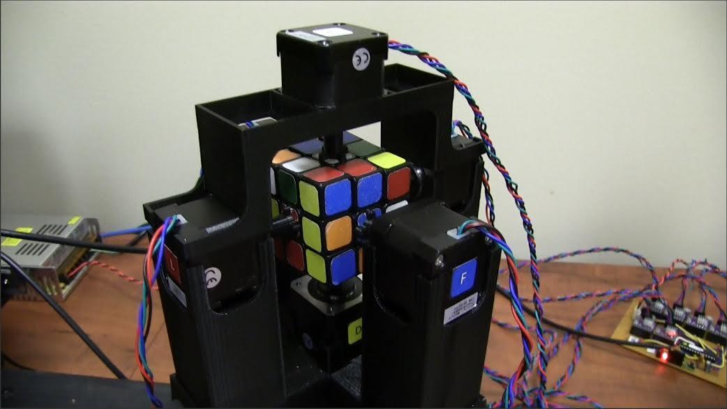 بالفيديو.. روبوت يحل لغز مكعب روبيك في 1,019 ثانية
