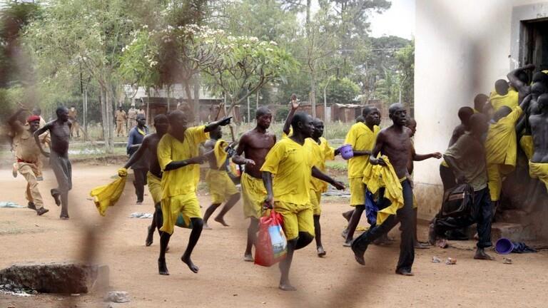 هروب مئات القتلة والمغتصبين من سجن في أوغندا