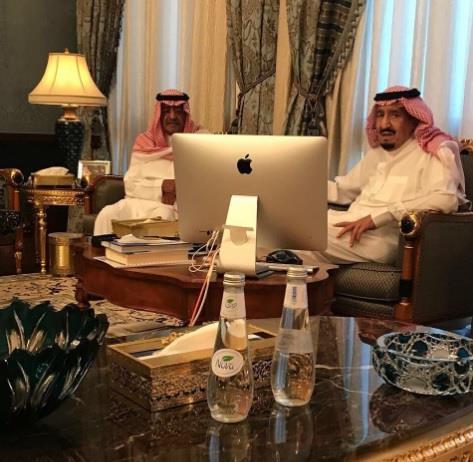 خادم الحرمين يزور الأمير مقرن ويعزّيه في وفاة نجله الأمير منصور