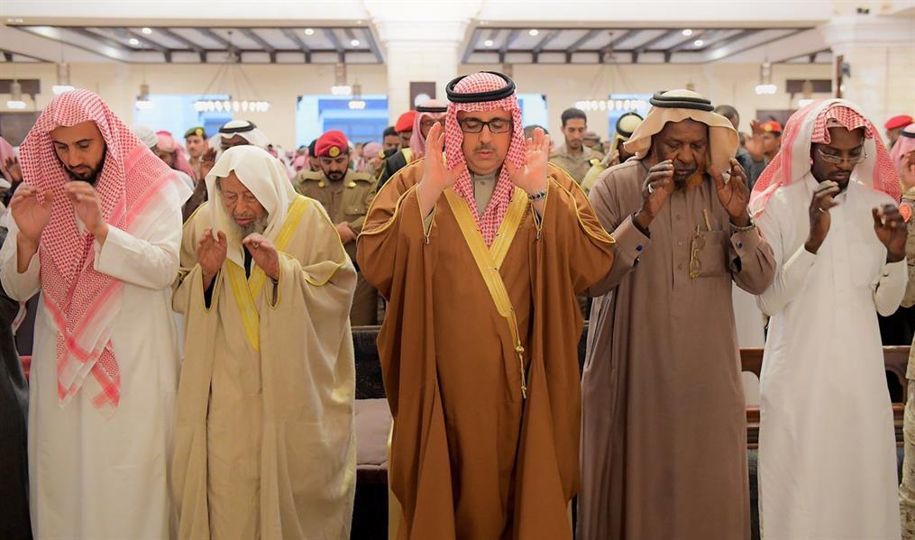 وكيل إمارة الرياض يؤدي صلاة الميت على الشهيد غزواني.. وينقل تعازي القيادة
