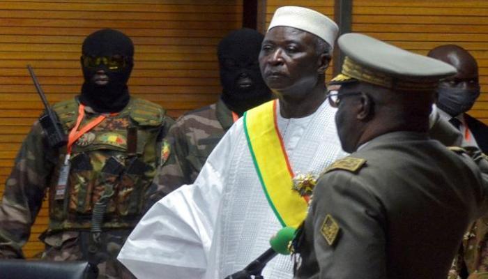 مالي: ضباط يعتقلون الرئيس ردًا على عزل وزيري الدفاع والأمن