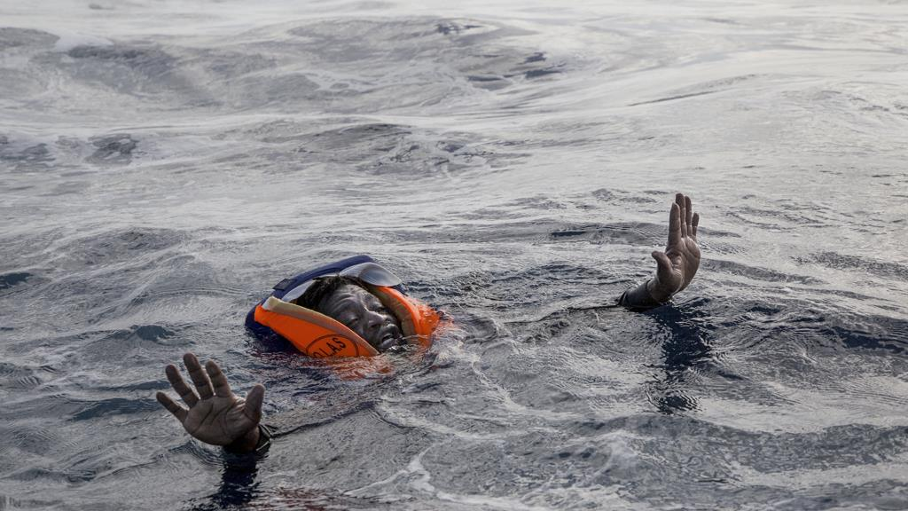 مهاجر يحاول ركوب قوارب إنقاذ في المتوسط في 6 نوفمبر بعد غرق القارب الذي كان يركبه وموت 5 أشخاص بينهم طفل حديث الولادة