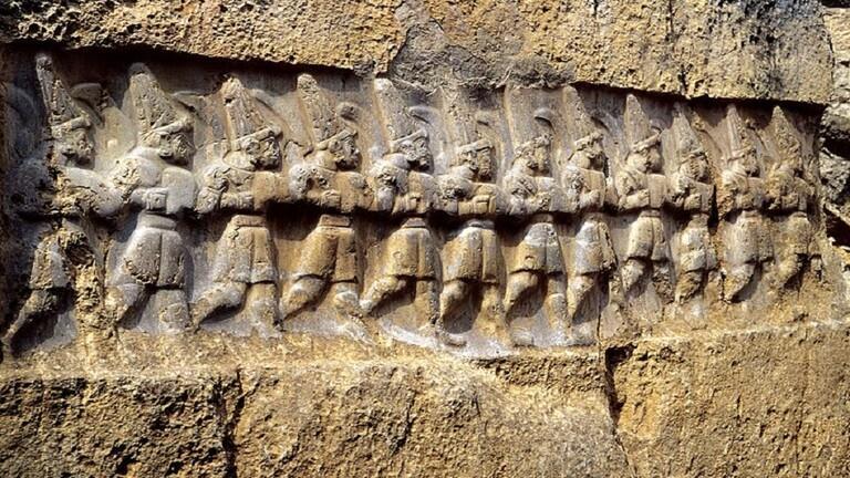 العلماء يحلون لغز التماثيل الغامضة التي يبلغ عمرها 3200 عام