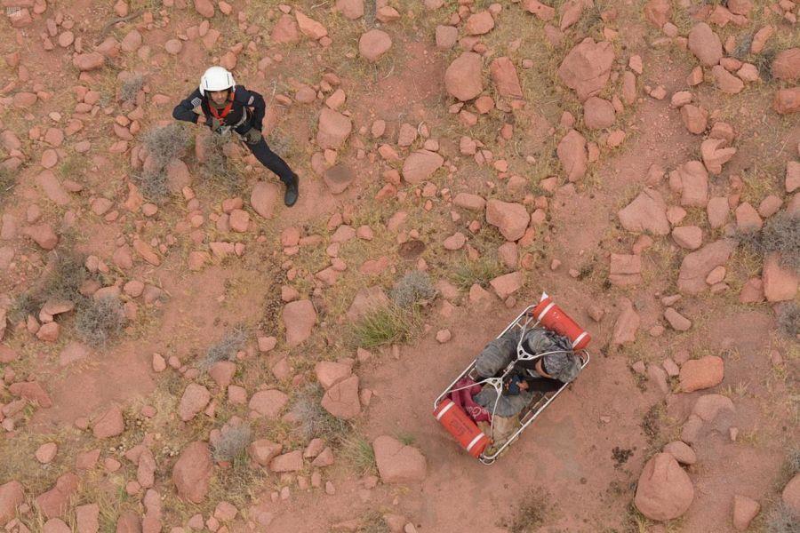 """""""طيران الأمن"""" يُنقذ ويسعف مصاباً احتُجز في أعلى قمة جبل بوادي ريم في المدينة"""