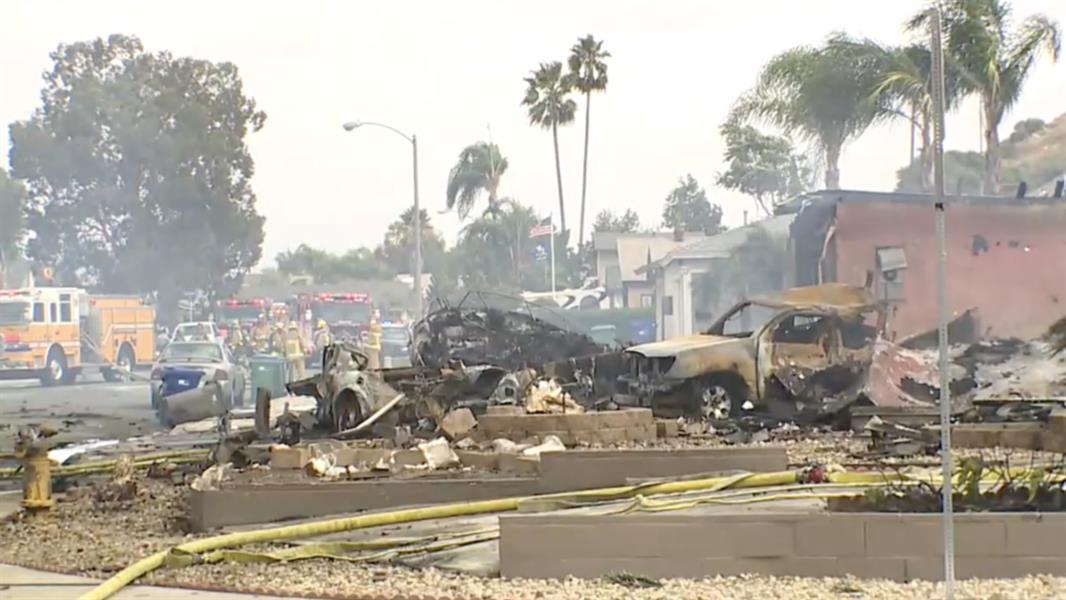 فيديو.. سقوط طائرة قرب مدرسة في وسط حي سكني بأمريكا