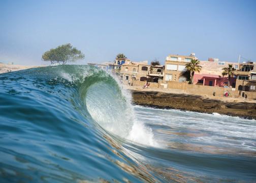 ارتفاع للأمواج بعدد من المدن الساحلية