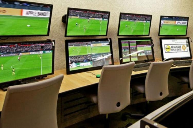 """مصادر: اتحاد الكرة يدرس اعتماد غرفة مركزية لـ""""VAR"""" في الرياض"""
