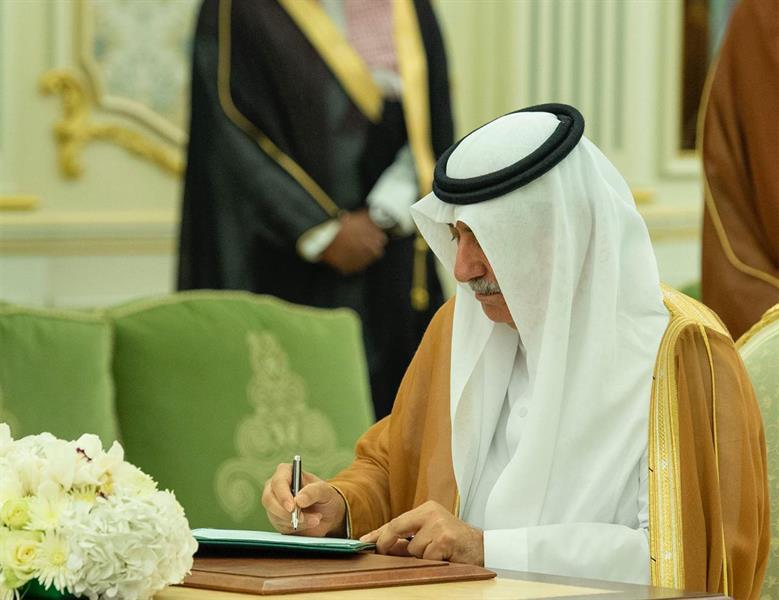 جانب من التوقيع