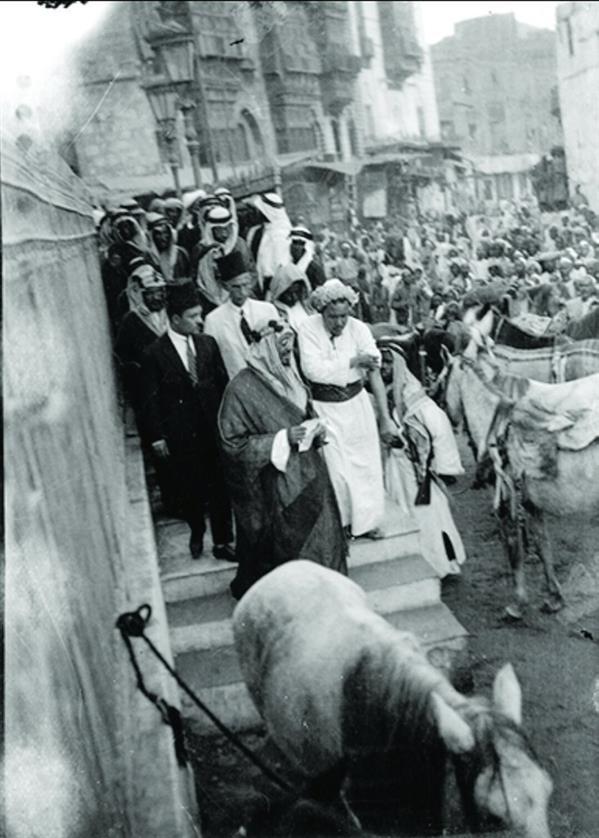 الملك المؤسس يخرج من دار الحكومة (الحميدية)