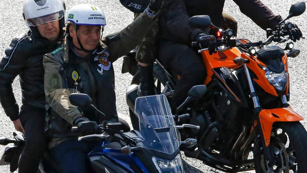 صور .. تغريم الرئيس البرازيلي أثناء قيادته دراجة نارية