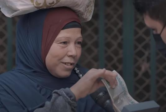"""""""لا أفتقدهم"""" ... إعجاب واسع النطاق بفيديو مؤثر لامرأة مترددة في أخذ جائزتها المالية من أحد البرامج"""