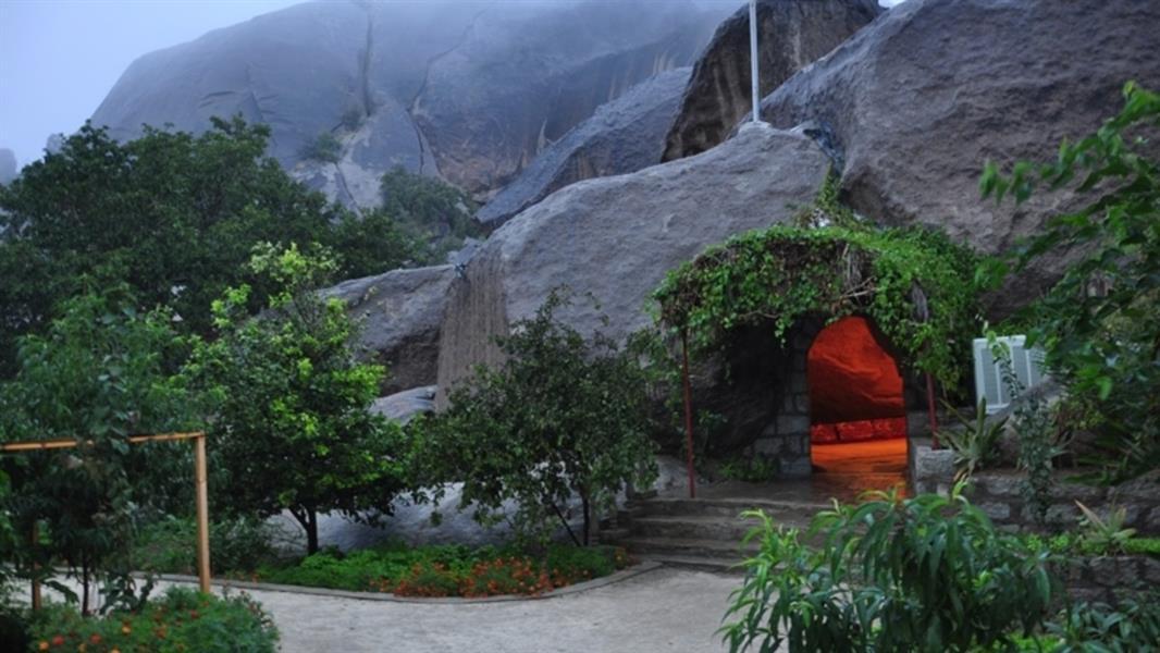 """شاهد.. """"جبل شدا"""" المتحف الجيولوجي الذي خرجت منه كهوف ومغارات بديعة تحولت مقصدًا سياحيًّا"""