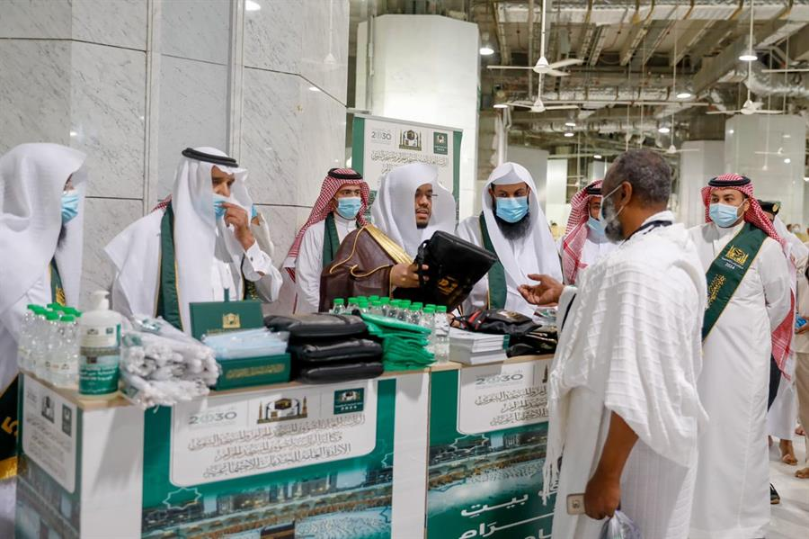 الشيخ ياسر الدوسري يشارك في توزيع أدوات التعقيم على المعتمرين