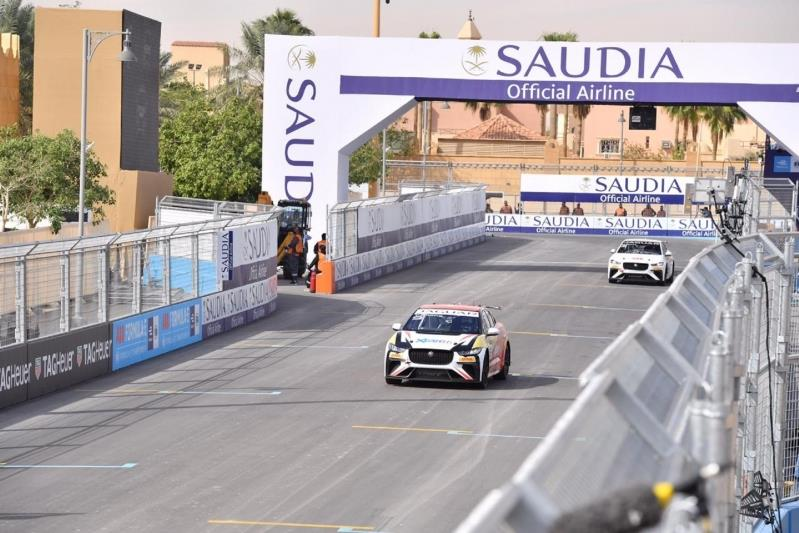 بالصور : ريما الجفالي.. أول سعودية تُشارك بسباق سيارات