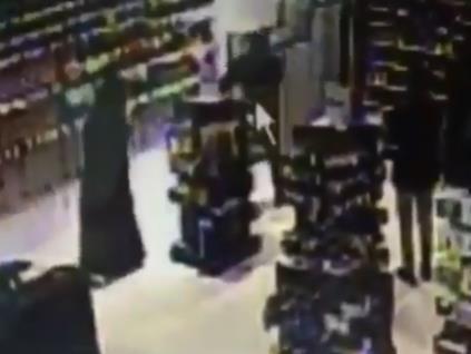 مشادة بين رجل وفتاة في محلّ تجاري