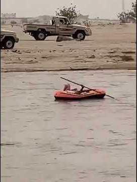 فيديو.. مواطن يستغل أمطار نجران الغزيرة للتجول بقاربه في أحد الأودية