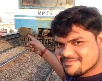 405572e05ae1a صورة غامر شاب هندي بحياته خلال محاولته التقاط ...