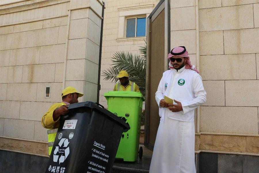 """بالصور.. أمانة الرياض تطبق مبادرة """"حي بلا حاويات"""" بتوزيع الحاويات على منازل حي الواحة"""