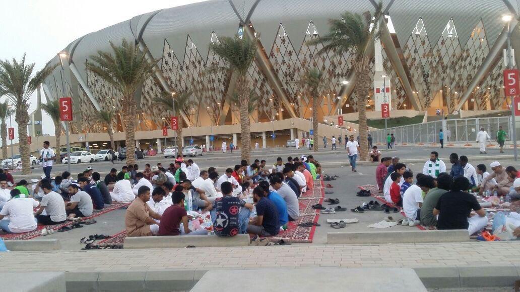 بالفيديو والصور.. الجماهير السعودية تتناول فطور عاشوراء خارج hلجوهرة على ذكرى الفقيد مسعود