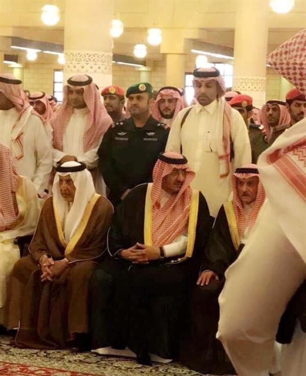 يتقدمهم والده الأمير مقرن وعشرات من الأمراء.. أداء الصلاة على الأمير منصور وتشييع جنازته (صور)