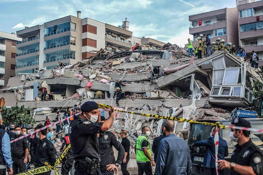 إنقاذ مسن من بين الأنقاض .. ارتفاع ضحايا زلزال تركيا إلى 51 قتيلا