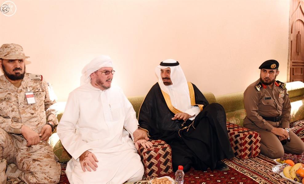 أمير منطقة نجران ينقل تعازي القيادة الرشيدة لأسرة شهيد الواجب الجندي صالح المحامض