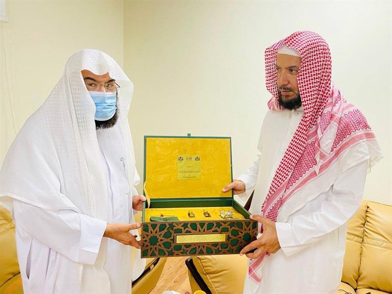 السديس يكرم الشيخ سعد الشثري