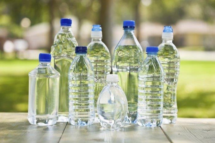 زجاجات مياه بلاستيكية
