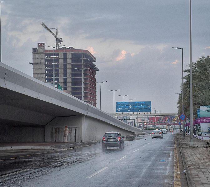 هطول أمطار متوسطة إلى غزيرة في المدينة وجدة.. وتصوير جوي يوثق جريان سيول ينبع