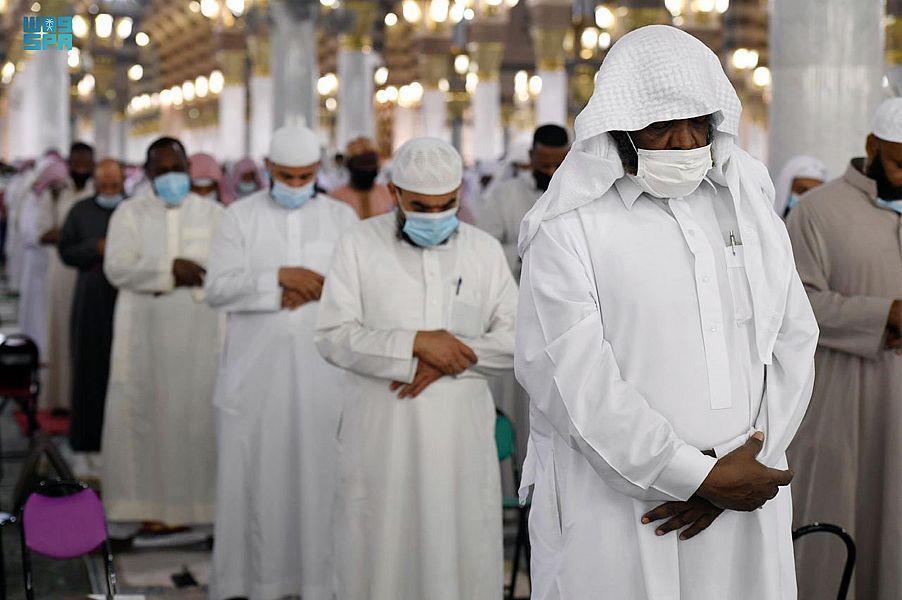 زوار المسجد النبوي يؤدون عباداتهم وسط أجواء إيمانية
