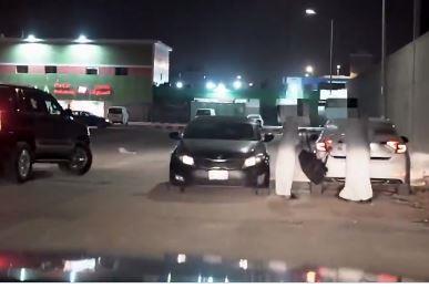 لحظة القبض على مروج للمخدرات أثناء تسليمه شحنة لأحد الأشخاص بالرياض