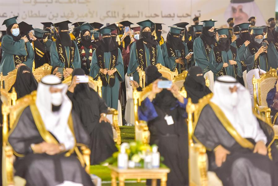 طالبات كلية الطب بجامعة تبوك يؤدين القسم برعاية الأمير فهد بن سلطان